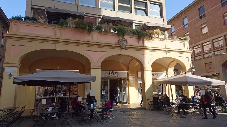 ボローニャの斜塔が見えるテラスがあるカフェ「Bottega Portici 2Torri(ボッテガ・ポルティチ・ドゥエ・トッリ)」